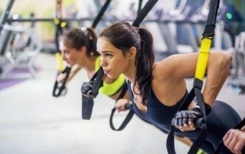 Kvinner som trener på treningsstudioet