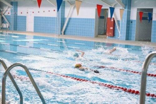 Svømmere i et basseng.