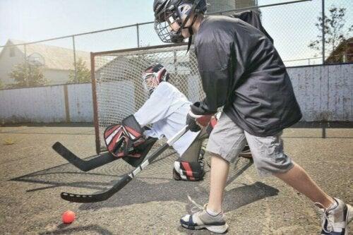 Det økonomiske ansvaret ved idrettsanlegg: To barn som spiller gatehockey.