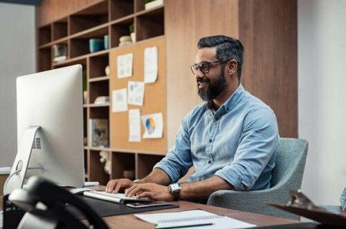 4 helsetips for å jobbe mens du sitter