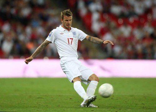 David Beckham sparker en fotball.