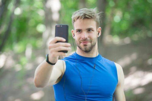 En mann som tar en selfie med en telefon.