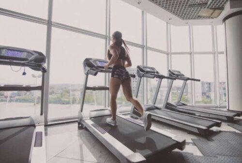 Fem måter du kan forbedre treningsøktene på en tredemølle på