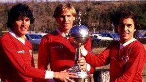 Fotballspillere som holder trofeet.