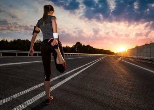 Kvinne som tøyer ut etter et løp.