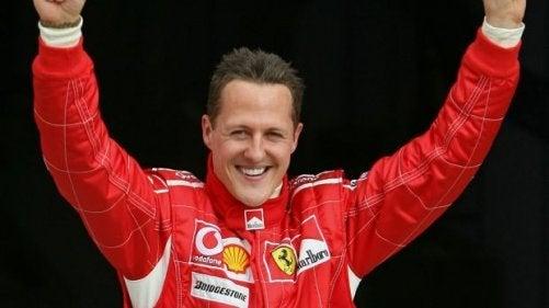 Michael Schumacher som er en av de mest kjente utøverne som løfter armene for å feire.