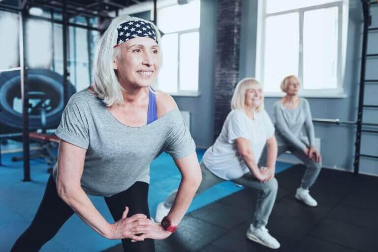Eldre idrettsutøvere på treningssenteret.
