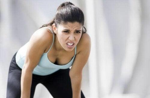 Kvinne er sliten etter trening
