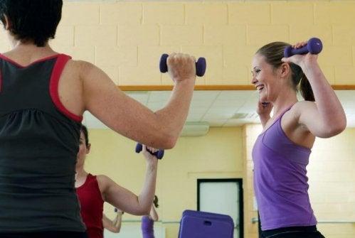 Kvinne trener med manualer