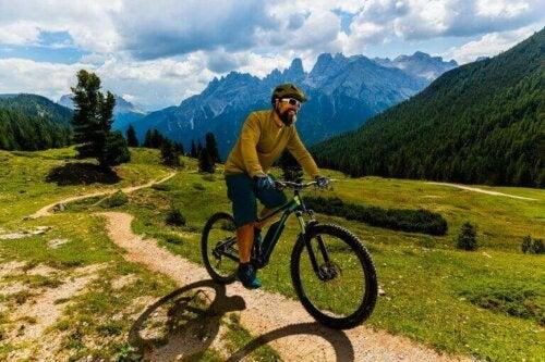 Mann sykler i fjellet