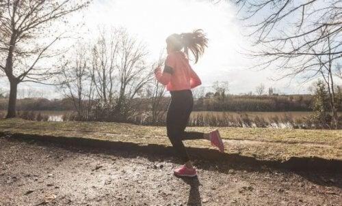 Å løpe i skyggen kan hjelpe deg med å redusere risikoen med å løpe når det er varmt ute