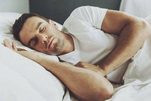 En mann som sover hjemme.