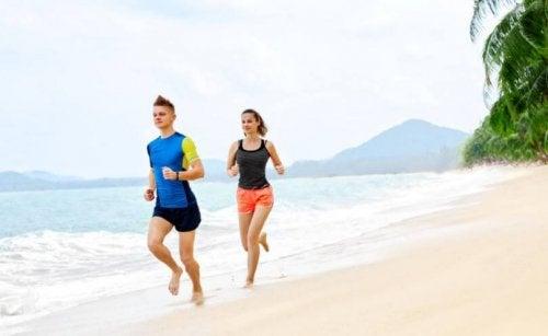 Et par som løper på stranden