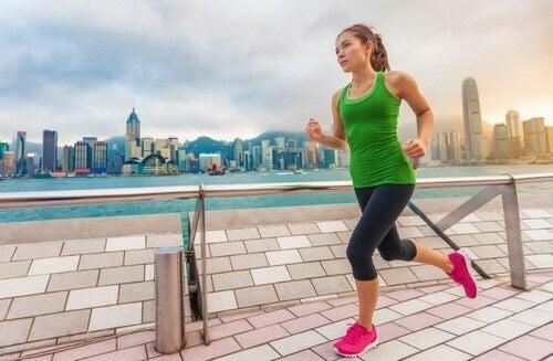 Kvinne som løper langs en strandpromenade