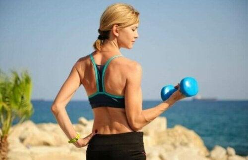 Kvinne som trener utendørs.
