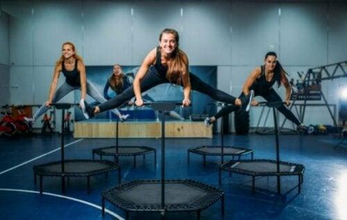 Prøv disse øvelsene med fitness-trampoline for å gå ned i vekt