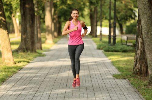 Sunne vaner Kvinne løper i parken