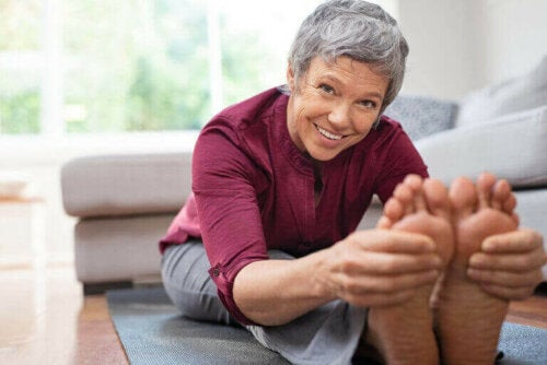 Eldre kvinne trener hjemme