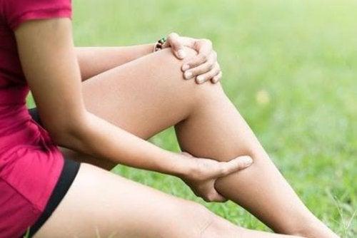 Kvinne med muskelkramper.