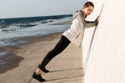 Kvinne trener mot veggen