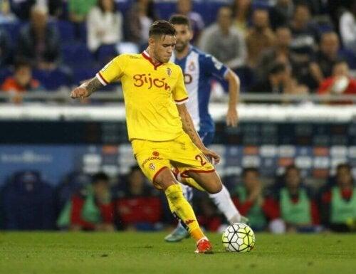 En Sporting de Gijón-spiller midt i et fotballkamp