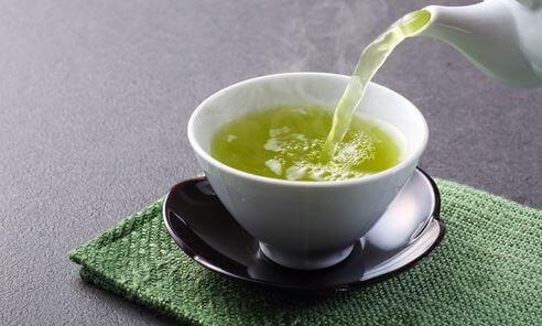 En kopp med grønn te.