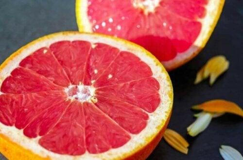 Et nærbilde av en rød grapefrukt