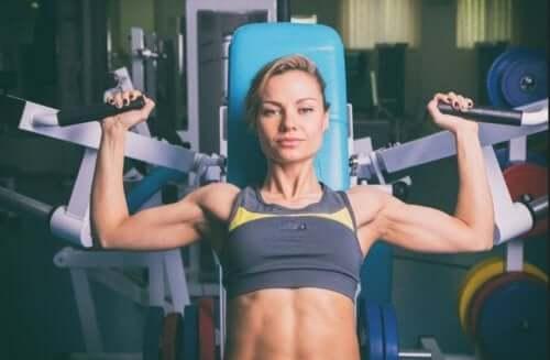 Kvinne som trener for å bygge muskelmasse.