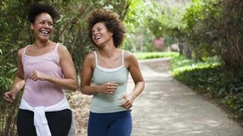 To kvinner som løper sammen for å dra nytte av helsefordeler ved å løpe