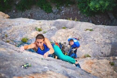 To personer som utøver fjellidrett med riktig sikkerhetsutstyr