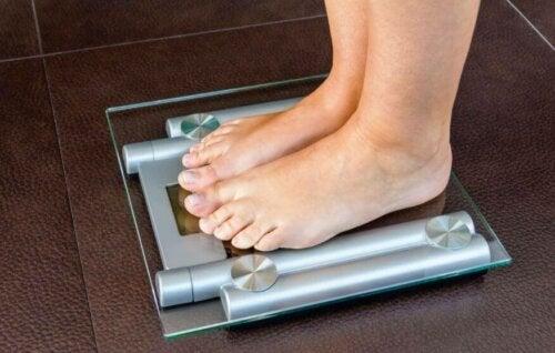 Person står på vekten