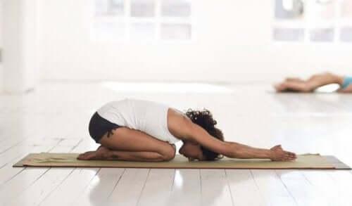 Denne stillingen stimulerer det tredje øyechakraet.