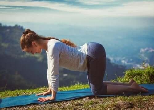 Denne yogaposisjonen gir ryggen fleksibilitet.