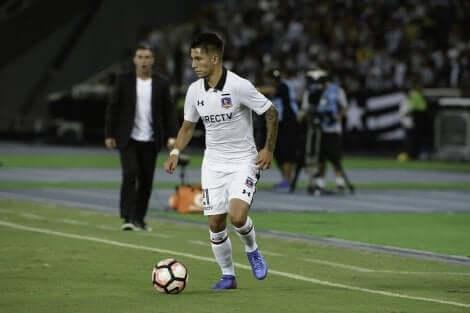 En Colo-Colo-spiller under et av de klassiske møtene i chilensk fotball