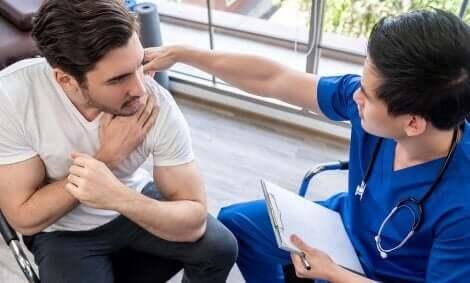En skadet idrettsutøver som snakker med fysioterapeuten sin for å lage en plan for rask bedring