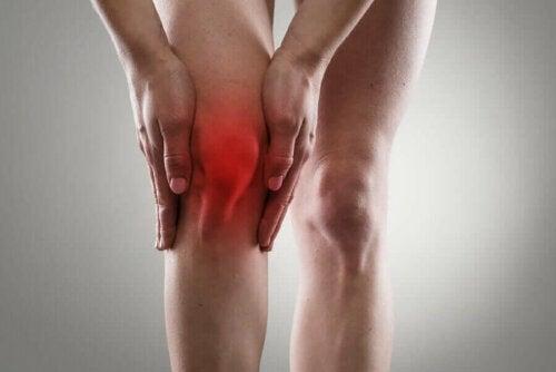Et rødfarget kne for å indikere smerter på grunn av leddgikt