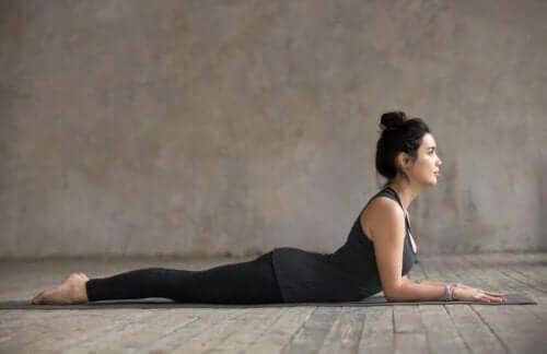 Salamba bhujangasana er en enkel stilling å utføre og lindrer smerter i korsryggen.