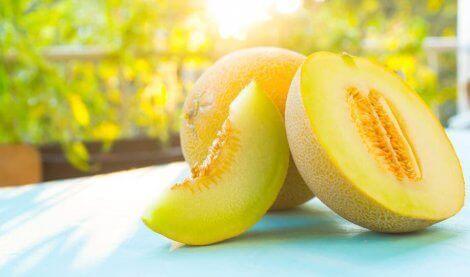 Skiver frisk melon for å spise om sommeren