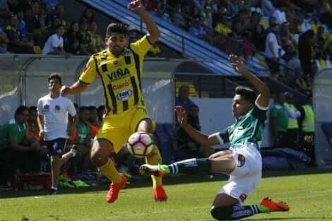 To spillere fra Santiago Wanderers og Everton-laget midt i en fotballkamp