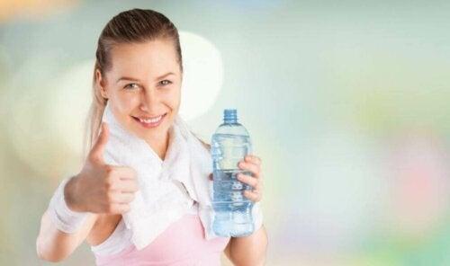 Slik hydrerer man kroppen riktig under idrett