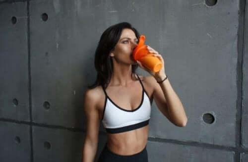 Kvinne med sportsdrikk.