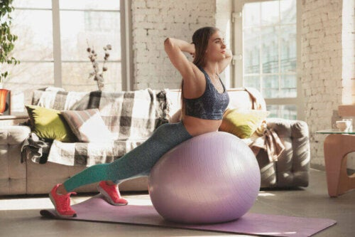 Styrk kjernemuskulaturen med en fitnessball