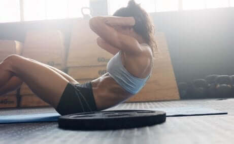Kvinne trener magemusklene