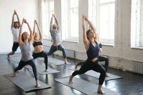 Å trene yoga gir mange fordeler.