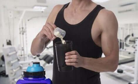 En idrettsutøver som tilsetter kreatin i shaken sin.