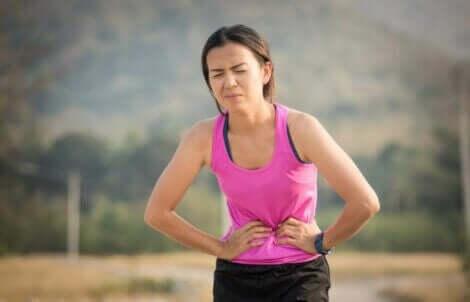 En kvinne med magesmerter.