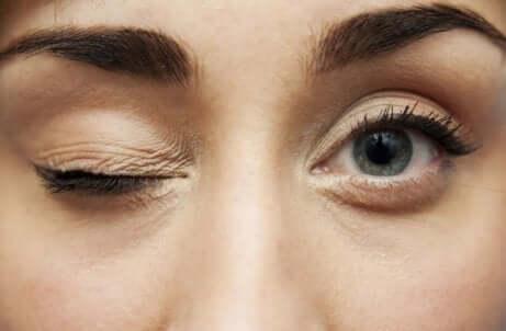En kvinne som blunker med det ene øyet
