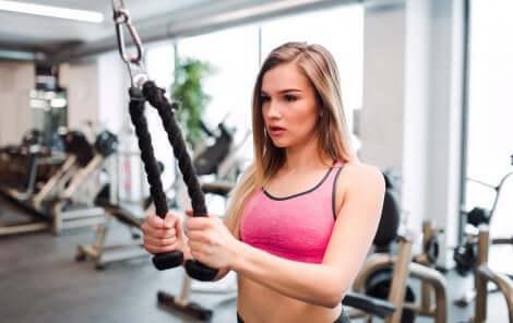 En kvinne som trener på treningsstudioet.