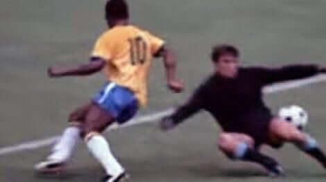 De beste spillene i fotballhistorien: Et uklart bilde av Pele som dribler