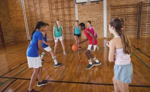 barn som spiller basketball